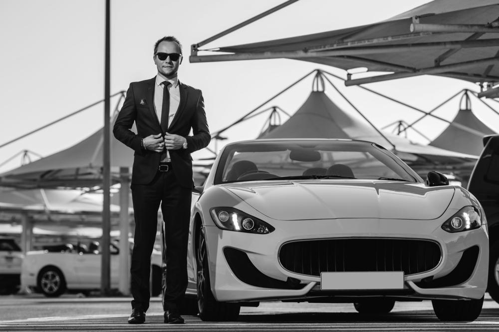 Wie stilvolle Kleidung und schöne Autos zusammenpassen